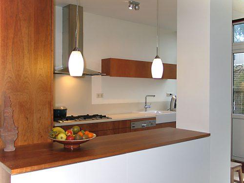 Ontwerp en uitvoering moderne keuken in kersen en corian