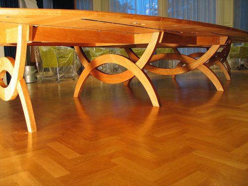 Exclusieve ovale vergadertafel voor 24 personen in massief kersen