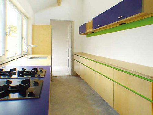 Ontwerp en uitvoering Hangende zwevende keuken in blank berken en kleur laminaat