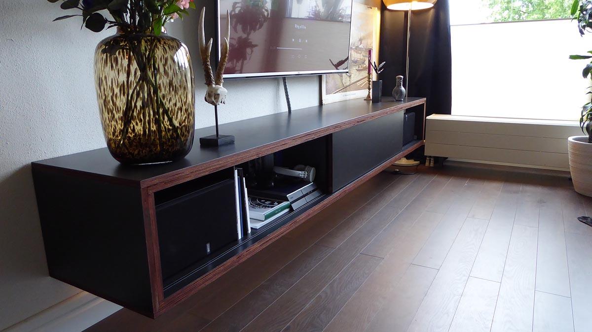 Zelfbouw tv-meubel ArturoXL gebouwd in berken multiplex, door Thijs